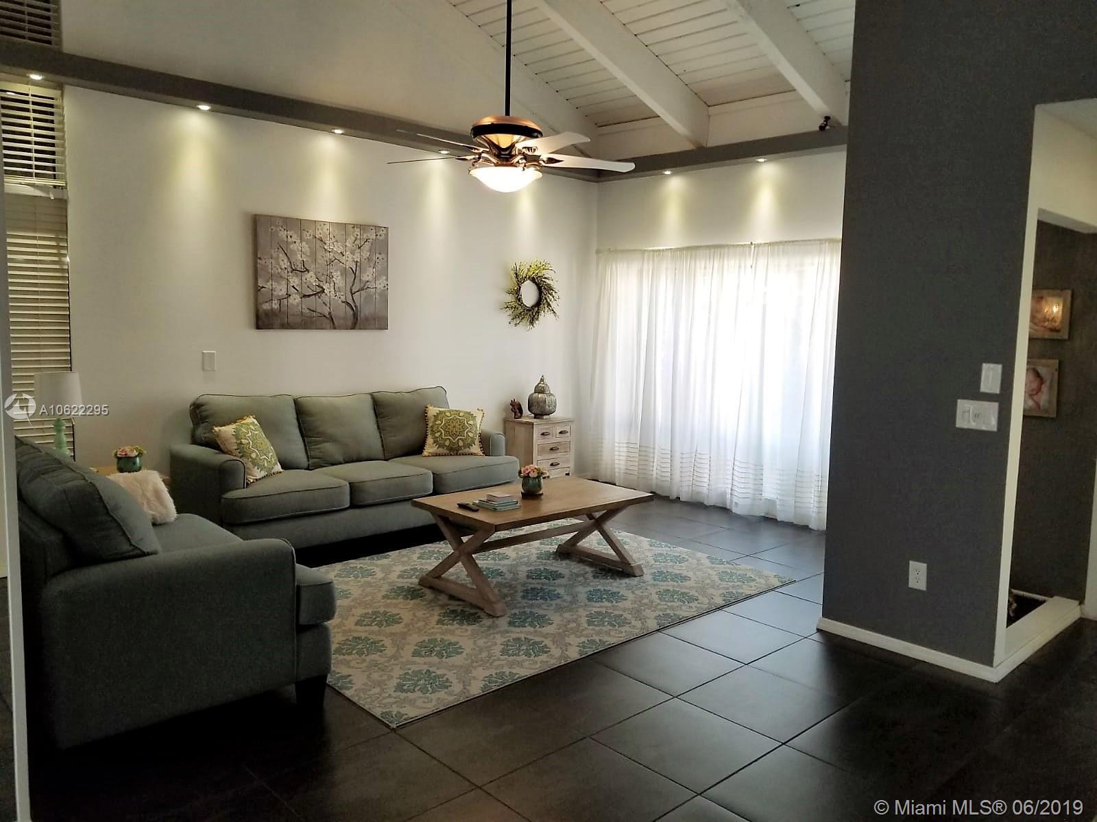 Дом в США по адресу 1024 203rd Ln, Miami, FL 33179