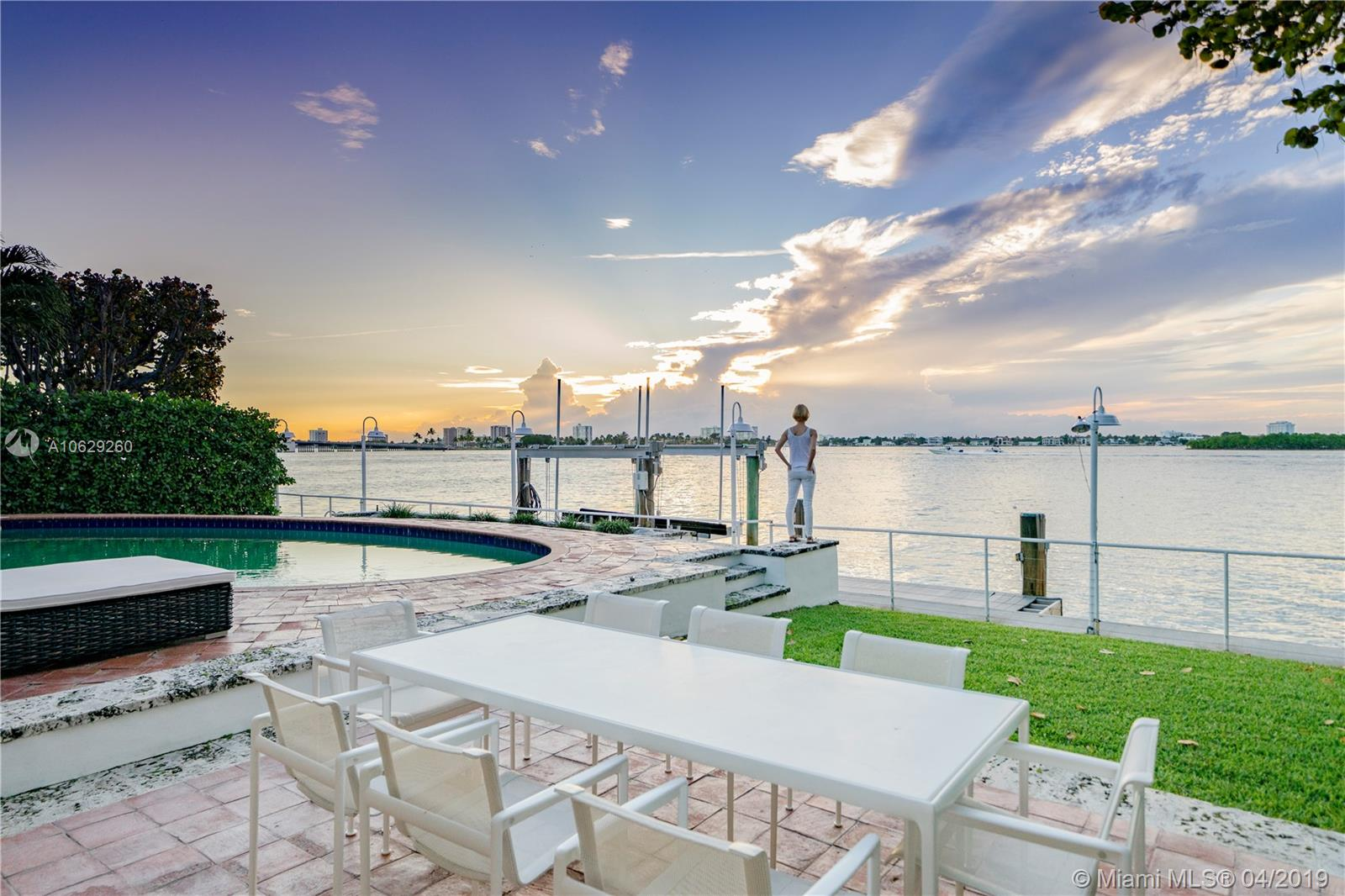 Дом в США по адресу 10010 Broadview Dr, Bay Harbor Islands, FL 33154