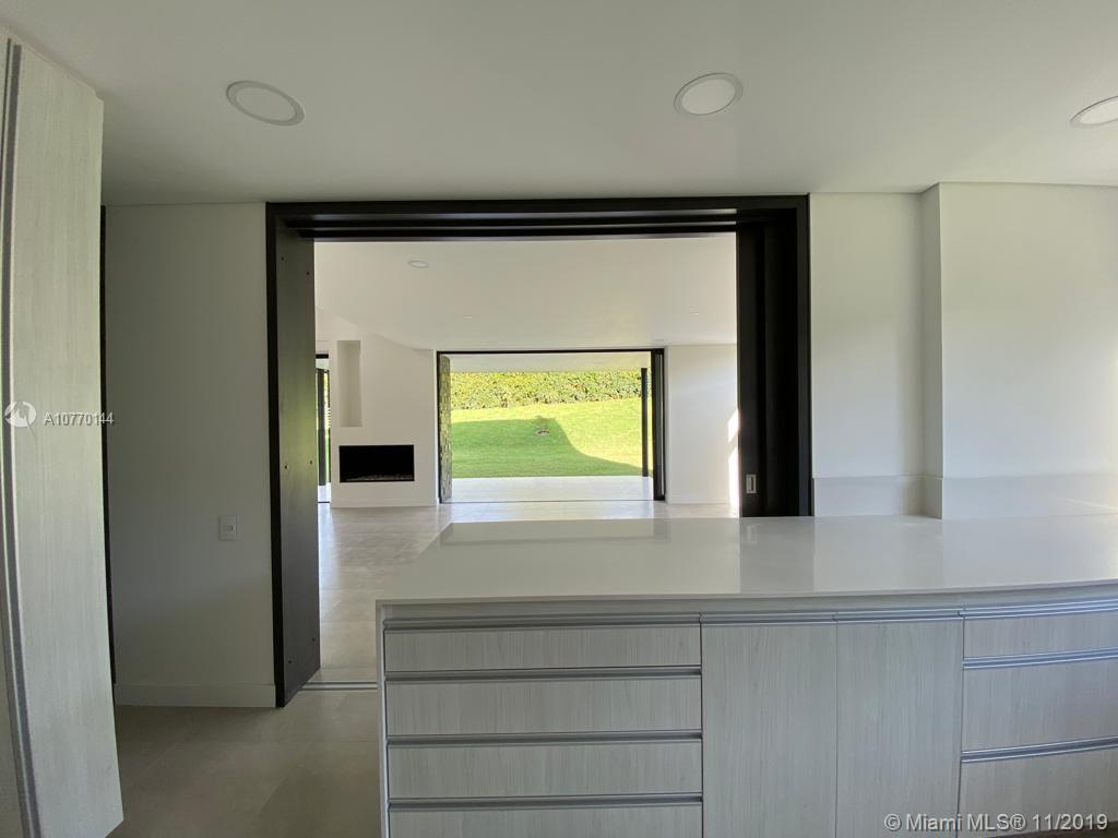 View of dining room from kitchen/ Vista del comedor desde la cocina.