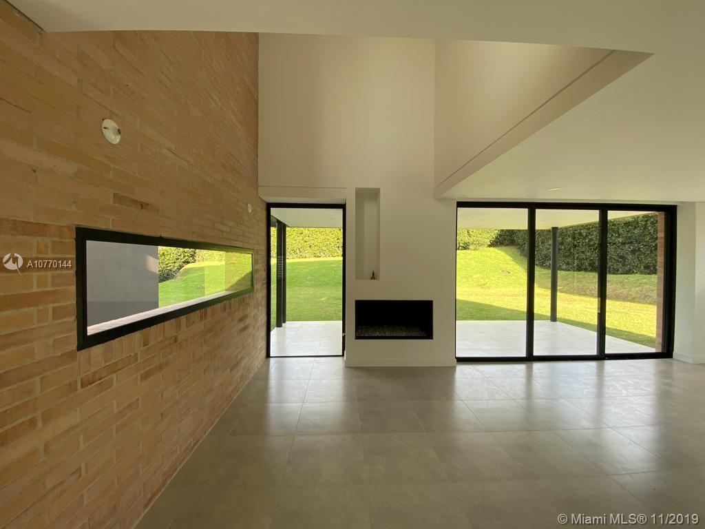 Living room area/ Area de sala principal